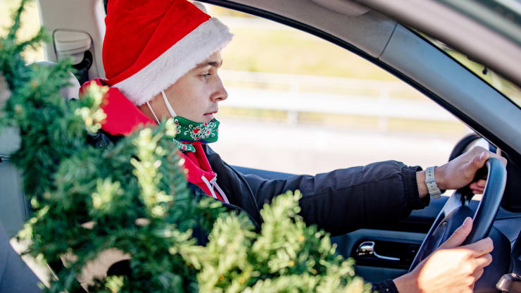 Tips for how to travel — and host travelers — safely this holiday season